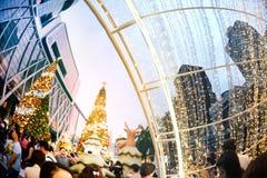 La statue et la lumière animales décorent beau sur l'arbre de Noël Photos stock
