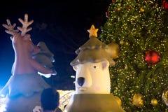 La statue et la lumière décorent la célébration de beau et de Noël arbre Photo stock