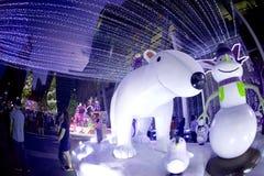 La statue et la lumière d'ours décorent beau sur la célébration 2018 d'arbre de Noël Photographie stock