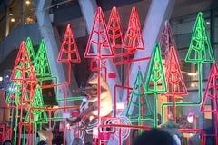 La statue et la lumière de renne décorent beau sur la célébration d'arbre de Noël Photographie stock
