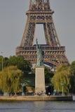 La statue française de Liberty Replica et de Tour Eiffel, vue de la rivière la Seine - Paris, France, le 1er août 2015 - a été do Image libre de droits
