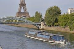 La statue française de Liberty Replica et de Tour Eiffel, vue de la rivière la Seine - Paris, France, le 1er août 2015 - a été do Photographie stock libre de droits