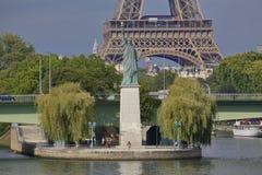 La statue française de Liberty Replica et de Tour Eiffel, vue de la rivière la Seine - Paris, France, le 1er août 2015 - a été do Photo stock