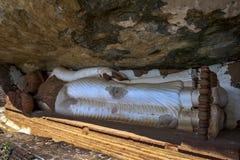 La statue longue de sommeil Bouddha de 48 pieds au temple de Pidurangala chez Sigiriya dans Sri Lanka Photographie stock libre de droits