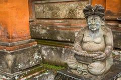 La statue traditionnelle de garde a découpé dans la pierre sur Bali Image libre de droits