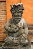 La statue traditionnelle de garde a découpé dans la pierre sur Bali Images libres de droits