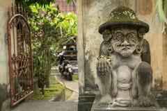 La statue traditionnelle de garde a découpé dans la pierre sur l'île de Bali Image stock