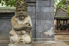 La statue traditionnelle de garde a découpé dans la pierre sur l'île de Bali Image libre de droits