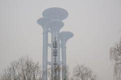 La stazione base 5G in nebbia Fotografie Stock Libere da Diritti