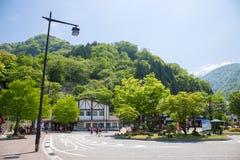 La stazione di Ateyama nella città di Toyama è tram o tranvai di scambio alle alpi del Giappone con la montagna ed il cielo blu Fotografie Stock