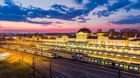 La stazione di ferrovia in Tarnow, Polonia si ? illuminata a penombra fotografia stock