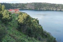 La stazione di pompaggio che trascura le banche del lago blu è stata sviluppata nel 1884 ed è stata estesa nel 1909 Immagini Stock Libere da Diritti