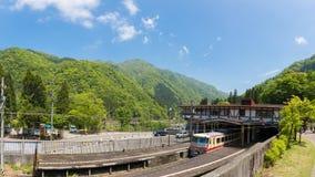 La stazione di Tateyama nella città di Toyama è tram o tranvai di scambio alle alpi del Giappone con la montagna Immagine Stock Libera da Diritti