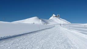 La stazione e lo sci della sommità di Glacier De Diablerets pendono Fotografie Stock