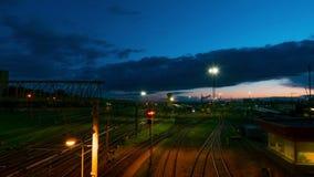 La stazione ferroviaria alla notte, al rallentatore stock footage