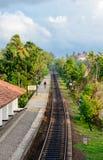 La stazione ferroviaria di Bentota nella regione meridionale di Sri Lanka fotografia stock libera da diritti