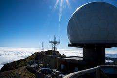 La stazione radar di protezione antiaerea su Pico fa Arieiro, d'altezza a 1.818 m., è picco del ` la s terza dell'isola del Mader Immagine Stock Libera da Diritti