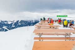 La stazione sciistica in alpi svizzere si avvicina a Restaurant Le Dahu Fotografie Stock Libere da Diritti