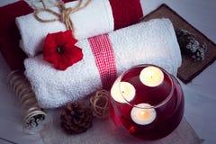 La STAZIONE TERMALE consiste dagli asciugamani, dalle candele, dai fiori e dal wate di aromaterapia Fotografia Stock