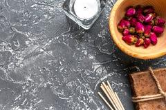 La STAZIONE TERMALE di aromaterapia ha messo con il modello scuro di vista superiore del fondo delle erbe e del sapone Fotografia Stock
