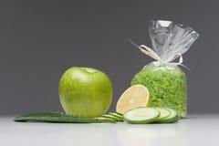 La stazione termale ha fissato l'inclusione della mela, sale, aloe, cetriolo Fotografia Stock Libera da Diritti