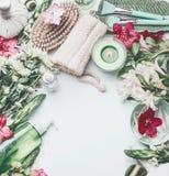 La stazione termale, piano di benessere pone la regolazione con la spazzola e la spugna per il trattamento della cellulite, fiori fotografie stock libere da diritti