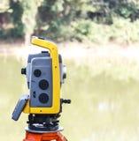 La stazione totale. Lo strumento di misura di topografia e geodetico. fotografie stock