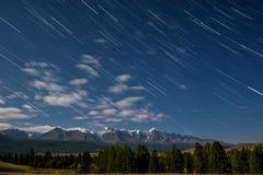 La stella delle montagne segue la foresta delle nuvole Fotografia Stock
