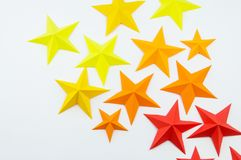 La stella ha fatto di carta il colore di giallo arancio rosso immagini stock