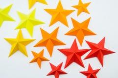 La stella ha fatto di carta il colore di giallo arancio rosso immagine stock