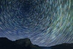 La stella trascina la fotografia di astro allo spazio scuro di notte Fotografie Stock