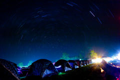 La stella trascina il cerchio sopra le tende di campeggio al cittadino di Phukradueng fotografia stock libera da diritti