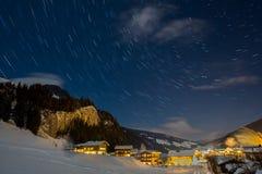 La stella trascina nel cielo durante la chiara notte dell'inverno sopra un autri Fotografia Stock