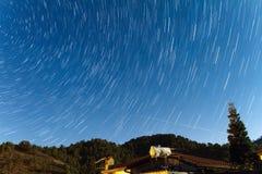 La stella trascina sopra una casa alle montagne di Troodos Fotografia Stock