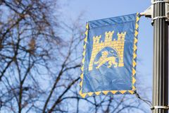La stemma della città ucraina di Leopoli fluttua nel vento Fotografia Stock