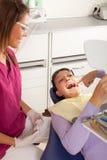 La stomatologia è divertimento: controllo del risultato Fotografia Stock Libera da Diritti