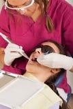 La stomatologia è divertimento: dentista sul lavoro Fotografia Stock Libera da Diritti