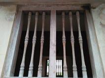 La storia delle reliquie antiche lascia le vecchie finestre fotografie stock