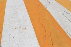 la strada è arancio ed il fondo bianco di colore così sta attento ad usare fotografia stock libera da diritti
