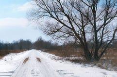 La strada è non pavimentata sotto neve, strade innevate fuori della città Fotografie Stock