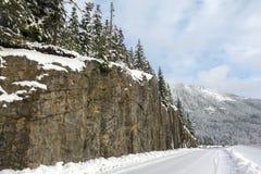 La strada accanto alla scogliera ha coperto la montagna Immagine Stock Libera da Diritti