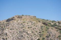 La strada ad un castello abbandonato sopra una montagna in Spagna Fotografia Stock