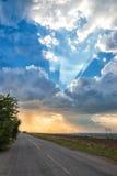 La strada ai precedenti delle nuvole di pioggia Fotografie Stock