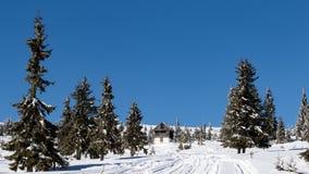 La strada alla cabina della montagna Fotografia Stock Libera da Diritti