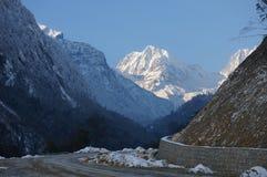 La strada alla montagna della neve immagine stock
