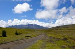 La strada alla sommità del vulcano del Cotopaxi nell'Ecuador Immagini Stock
