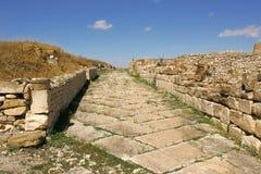 La strada alle rovine della città antica Maktar, Tunisia Fotografie Stock Libere da Diritti