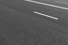 La strada asfaltata con la marcatura allinea le bande bianche Immagine Stock Libera da Diritti