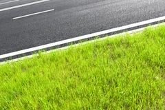 La strada asfaltata con la marcatura allinea le bande bianche Fotografie Stock