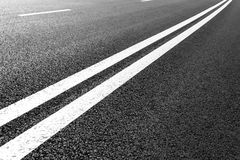 La strada asfaltata con la marcatura allinea le bande bianche Immagine Stock